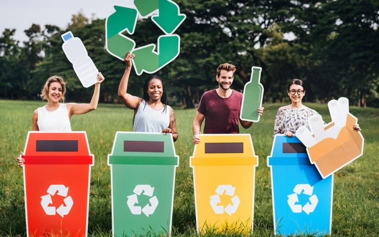 jovens reciclando produtos