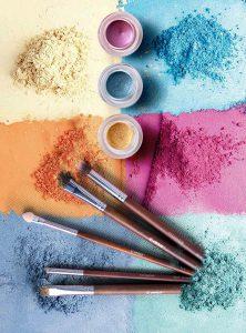 maquiagem colorida e pinceis